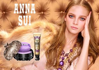 ANNA SUI【魔法肌密底妝系列】融入肌膚般的細緻光潤,映照出波希米亞女神無瑕的金燦流光