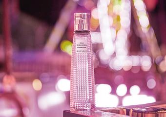 GIVENCHY -「Live花漾淡香水」以動人玫瑰牡丹花香+可可甜香 歌詠現代女性自在自信風采
